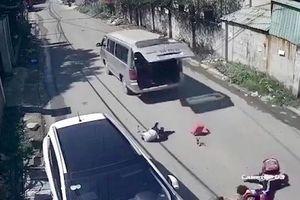 Vụ 3 học sinh bị hất văng xuống đường: Tài xế cài chốt cửa xe chưa chặt