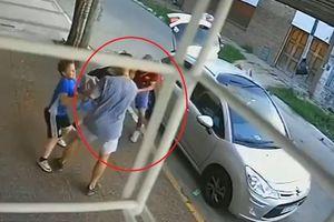 Cậu bé 8 tuổi bảo vệ mẹ thoát khỏi những tên cướp
