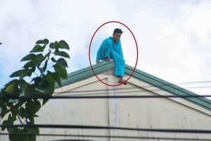 Người đàn ông tự cắt 'của quý' lại leo lên nóc nhà la hét