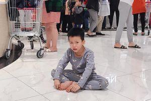Con òa khóc vì mẹ mải mua sắm ngày Black Friday