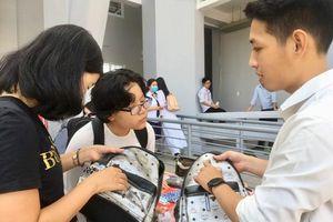 Hàng trăm học sinh tìm cách phân biệt hàng thật, hàng giả