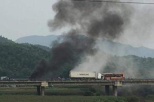 Phú Thọ: Xe đầu kéo gây tai nạn rồi phát hỏa trên cao tốc