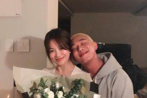Yoo Ah In tựa đầu ôm ấp Song Hye Kyo và Gong Hyo Jin: Được cả 2 chị đẹp ủng hộ cổ vũ!