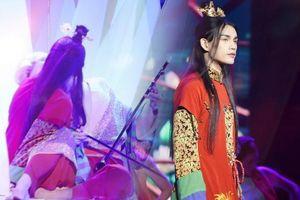 Hình ảnh hot: Nguyễn Trần Trung Quân khóa môi Denis Đặng đầy mùi mẫn trên sân khấu tái diễn đại cảnh Tự tâm