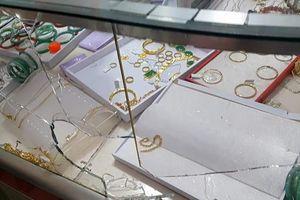 Lời khai của kẻ dùng búa cướp tiệm vàng ở Long An