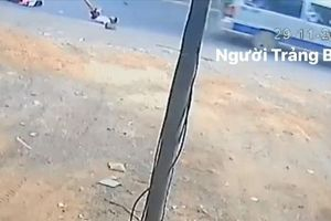 Ô-tô đưa đón lại làm rơi học sinh khi đang lưu thông
