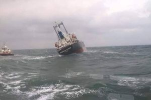 180 tấn dầu trên tàu Thái Lan gặp nạn trên biển Hà Tĩnh bắt đầu tràn