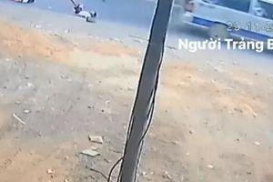 Clip: Xe đưa đón lại làm rơi học sinh xuống đường ở Đồng Nai