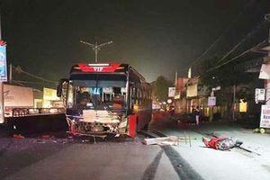 Xe máy va chạm với ô tô khách, 3 người thương vong