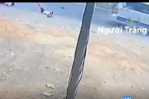Ô tô lại bung cửa sau, 2 học sinh rơi lăn quay giữa đường