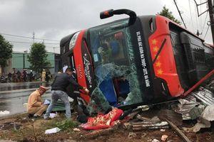 Xe khách lật nghiêng trên quốc lộ, hành khách và lái phụ xe thoát chết