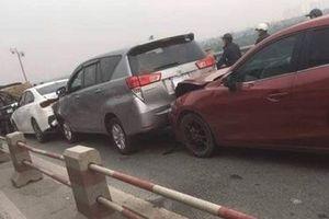 7 ô tô 'dồn toa' trên cầu Thanh Trì, ùn tắc kéo dài