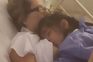 Điều kỳ diệu mẹ hôn mê cả tháng tỉnh lại vì con đòi bú