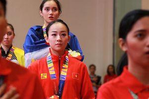 VĐV wushu Minh Huyền trên bục nhận HCĐ