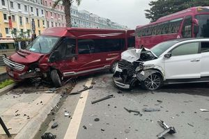 Ôtô chạy lấn làn gây tai nạn liên hoàn tại khu du lịch Bãi Cháy