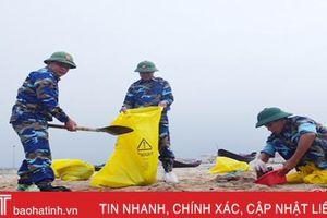 Tiến hành thu gom dầu tràn trên bờ biển Kỳ Lợi