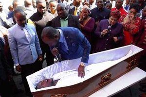 Thầy cúng khiến người chết sống dậy, công ty tang lễ 'nổi sung'
