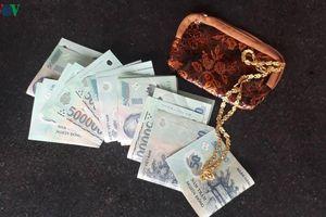Học sinh lớp 3 trả lại ví có 11 triệu và 3 chỉ vàng cho người đánh rơi
