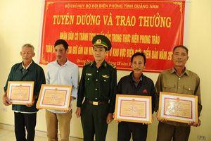 Bộ đội Biên phòng khen thưởng người dân giao nộp 25 bánh heroin