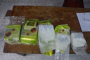Người nhặt ve chai nộp 8 gói nghi ma túy đá dạt vào bờ biển Thừa Thiên - Huế