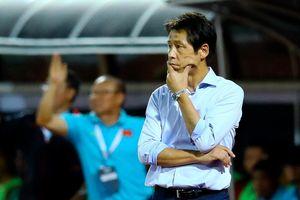 HLV Nishino theo dõi trận đấu của U22 Việt Nam
