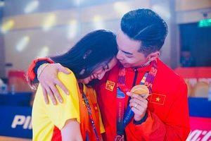 Khánh Thi khóc nức nở trong vòng tay Phan Hiển sau khi ông xã giành HCV SEA Games