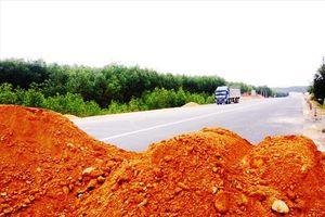 Ðắp lũy ngăn xe 'chạy chui' vào cao tốc La Sơn - Túy Loan