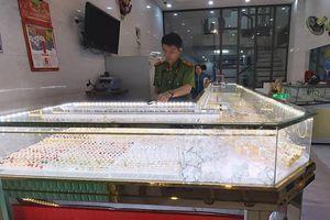 Chủ mải mê xem bóng đá Việt Nam - Indonesia, tiệm vàng bị trộm 'ghé thăm'