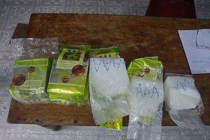Người lượm ve chai nhặt được kiện hàng nghi chứa ma túy đá trôi trên biển