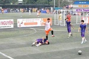 Cầu thủ dẫm lên mặt đối thủ khiến nạn nhân lên cơn co giật bị cấm thi đấu hai mùa