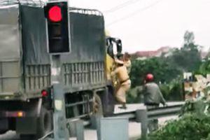 Xe tải vi phạm bỏ chạy 2 cảnh sát đu bên cánh cửa