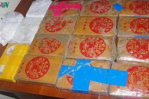 Xác minh nguồn gốc 25 bánh heroin trôi dạt vào bờ biển ở Quảng Nam