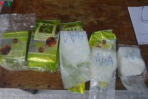 Nhặt được 8 gói nghi là ma túy đá trôi vào bờ biển