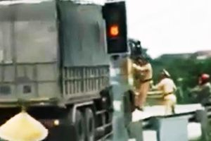 Vụ 2 CSGT bám cửa xe tải: Tài xế khai là không biết hiệu lệnh