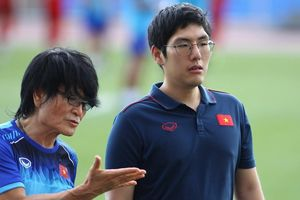 HLV Park Hang-seo cử trợ lý kiểm tra sân trong mưa bão