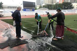 CĐV lo lắng mưa lớn ảnh hưởng đến lối chơi của U22 Việt Nam