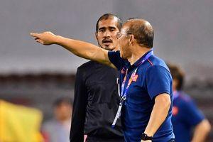 HLV Park Hang-seo phàn nàn với trọng tài giữa trận gặp Singapore