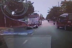 Hải Phòng: Ngã xuống đường, 3 thanh niên bị xe bồn cán thương vong