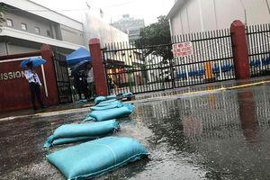 Mặc trời mưa bão, trận đấu U22 Việt Nam - U22 Singapore vẫn diễn ra