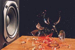 1001 thắc mắc: Vì sao âm thanh lại phá nát được cốc thủy tinh?