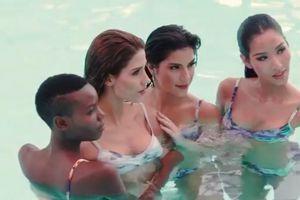 Hoàng Thùy sexy đầy thần thái khi chụp bikini ở bể bơi bên dàn đối thủ nặng ký