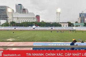 Sân Riza Memorial ngớt mưa, các trận bóng đá nam vẫn diễn ra