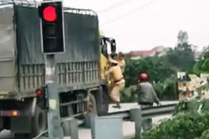 Diễn biến mới vụ CSGT Nghệ An bám cửa chiếc xe tải bỏ chạy