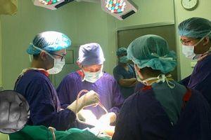 Bảo tồn thành công bàn tay bị thương nặng của bé trai 23 tháng tuổi