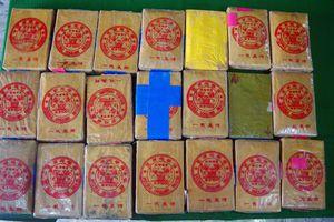 Lại phát hiện can nhựa khủng có chữ Trung Quốc chứa 21 bánh nghi ma túy