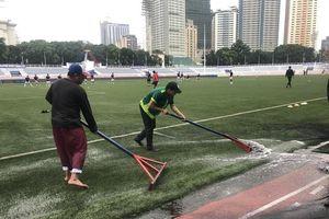 Cào nước trên sân đấu U22 Việt Nam vs U22 Singapore