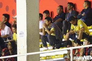 Sắc mặt của HLV Nishino chứng kiến Đức Chinh ghi bàn vào lưới U22 Singapore