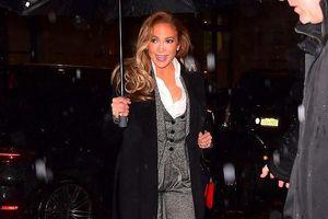 Jennifer Lopez diện vest thanh lịch, 'đội mưa' quảng bá phim mới ở Mỹ