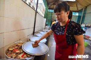 Người phụ nữ gìn giữ hương vị cá kho cổ truyền giữa lòng Hà Nội