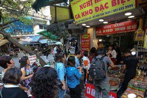 Xếp hàng dài mua cá kho nức tiếng chợ 'nhà giàu'